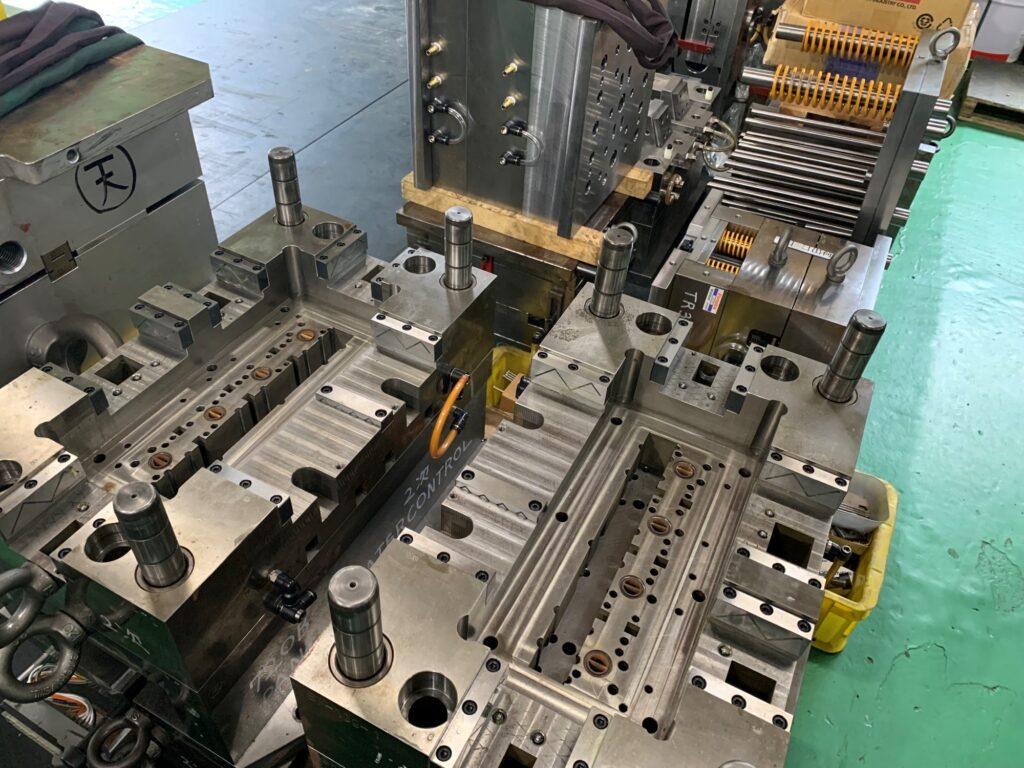 恵那三洋製作所にある製作途中や修理中の金型。